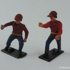 Figuras de Goma y PVC: 2 FIGURAS DE PLASTICO DE GUISVAL, PARECEN MECANICOS DE CARRERA DE COCHES, MIDEN 5,5 CMS.. Lote 179953280