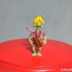 Figuras de Goma y PVC: FIGURA DE PLANETA 51 CON GUITARRA INCLUIDA , EN GOMA PVC.. Lote 180220716