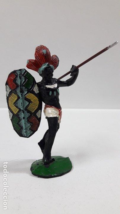 Figuras de Goma y PVC: GUERRERO AFRICANO NEGRO . REALIZADO POR ARCLA . AÑOS 50 EN GOMA . LANZA DESMONTABLE - Foto 2 - 181852535
