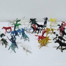 Figuras de Goma y PVC: GRAN LOTE DE INDIOS Y VAQUEROS DE PLÁSTICO MONOCROMO PRODUCTO DE KIOSKO AÑOS 70-80. Lote 183067517