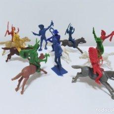 Figuras de Goma y PVC: LOTE DE INDIOS Y VAQUEROS DE PLÁSTICO MONOCROMO PRODUCTO DE KIOSKO AÑOS 70-80. Lote 217766532