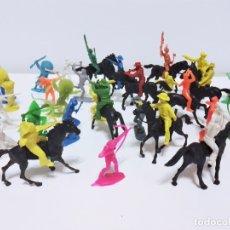 Figuras de Goma y PVC: LOTE DE INDIOS Y VAQUEROS DE PLÁSTICO MONOCROMO PRODUCTO DE KIOSKO AÑOS 70-80. Lote 183076072