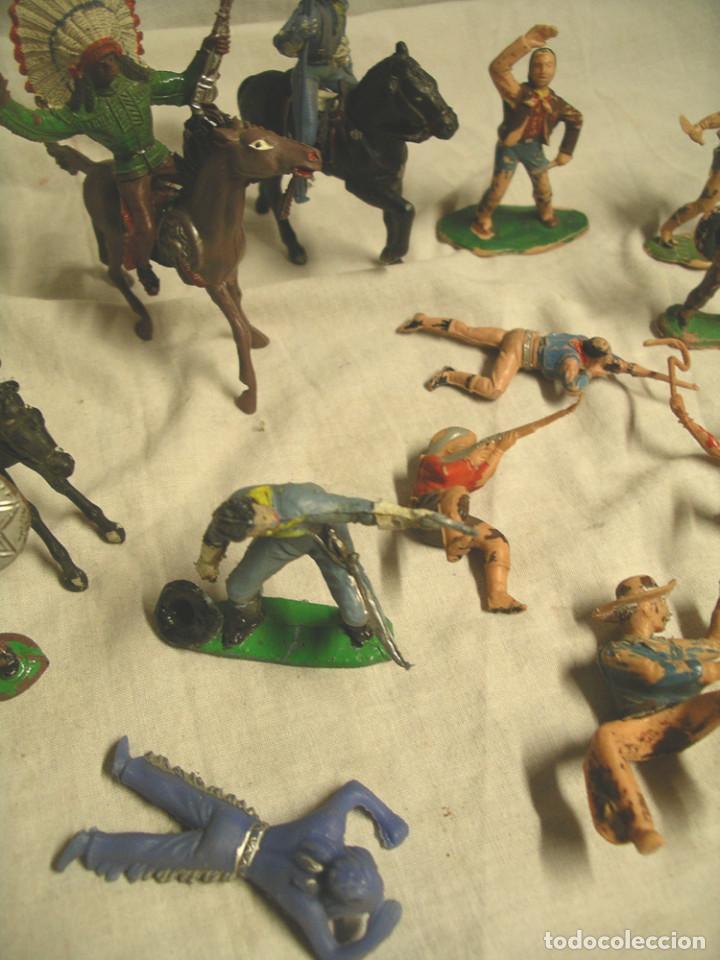 Figuras de Goma y PVC: Lote 17 figuras, 2 caballos, 4 indios, 8 cowboys, 1 sheriff y 1 mujer cowboy - Foto 3 - 183833032
