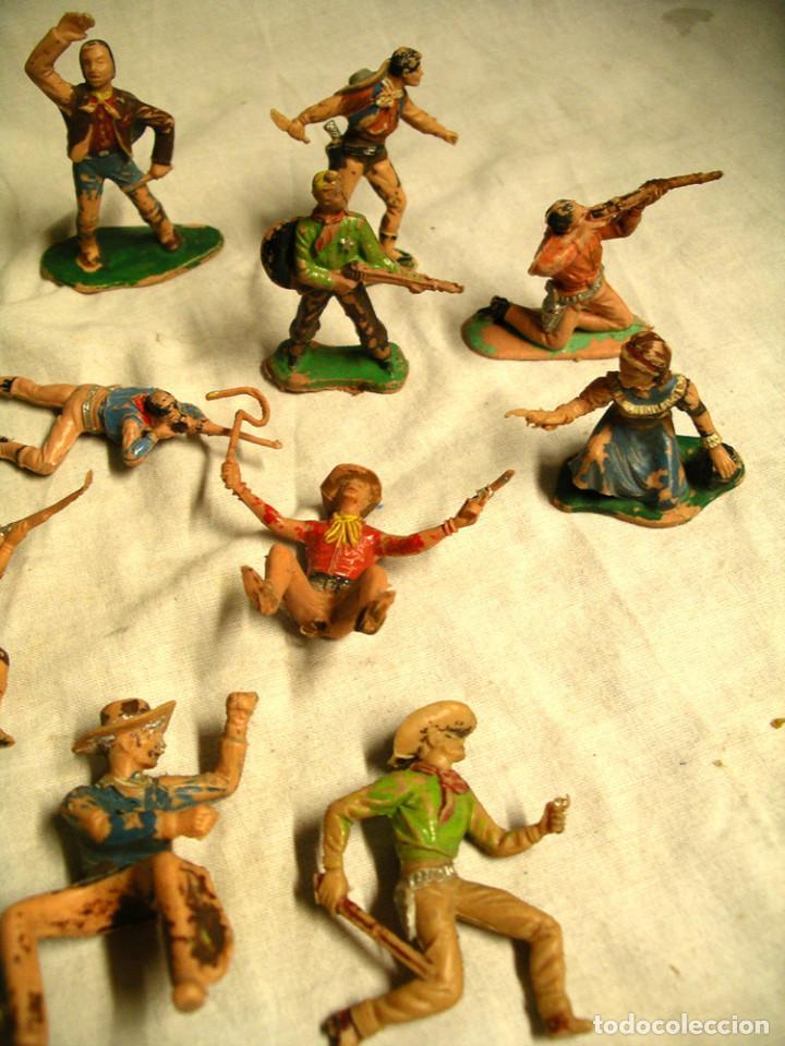Figuras de Goma y PVC: Lote 17 figuras, 2 caballos, 4 indios, 8 cowboys, 1 sheriff y 1 mujer cowboy - Foto 4 - 183833032