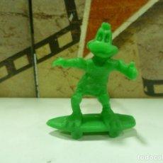 Figuras de Goma y PVC: FIGURA PATO LUCAS CON PATINETE-MUY RARA. Lote 183935638