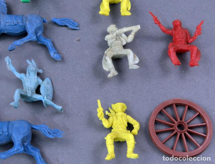 Figuras de Goma y PVC: 8 figuras plástico indios vaqueros y caballos años 60 - Foto 2 - 184437922