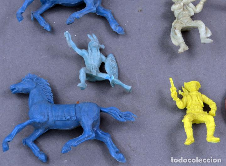 Figuras de Goma y PVC: 8 figuras plástico indios vaqueros y caballos años 60 - Foto 3 - 184437922