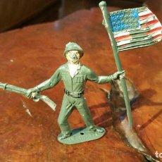 Figuras de Goma y PVC: SOLDADO AMERICANO CON BANDERA, DE COMANSI - MAS OTRO. Lote 190898292