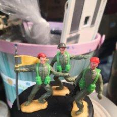Figuras de Goma y PVC: 3 SOLDADOS MILITARES PLÁSTICO TIMPO TOYS BOINAS ROJAS Y OTRO CON CASCO. Lote 191153062