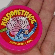 Figuras de Goma y PVC: ANTIGUO ENVASE CAJA DE CHICLE CHICLES BOOMER SUPER KILOMETRICO SUPER BUBBLE GUM AÑOS 90. Lote 246372665
