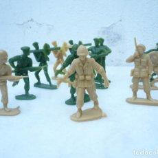 Figuras de Goma y PVC: SOLDADOS DE PLÁSTICO. LOTE DE 12. FRANCIA, AÑOS 60 . Lote 194168588
