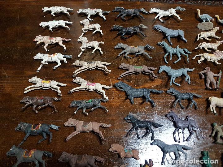 Figuras de Goma y PVC: 105 figuras Reamsa, Comansi, Pech, jJecsan años 40/50 indios, vaqueros, militares, soldados animales - Foto 2 - 194305117