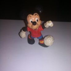 Figuras de Goma y PVC: WALT DISNEY FIGURA PVC MADE IN SPAIN MICKEY MOUSE FUTBOLISTA COMICS SPAIN AÑOS 80. Lote 194344917
