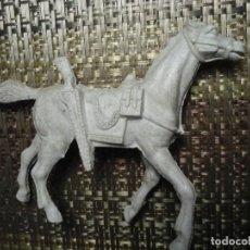 Figuras de Goma y PVC: CABALLO BLANCO JECSAN CON ALFORJAS, CUERDA Y RIFLE. 17CM X 12CM, RARO DE ENCONTRAR.. Lote 194528275