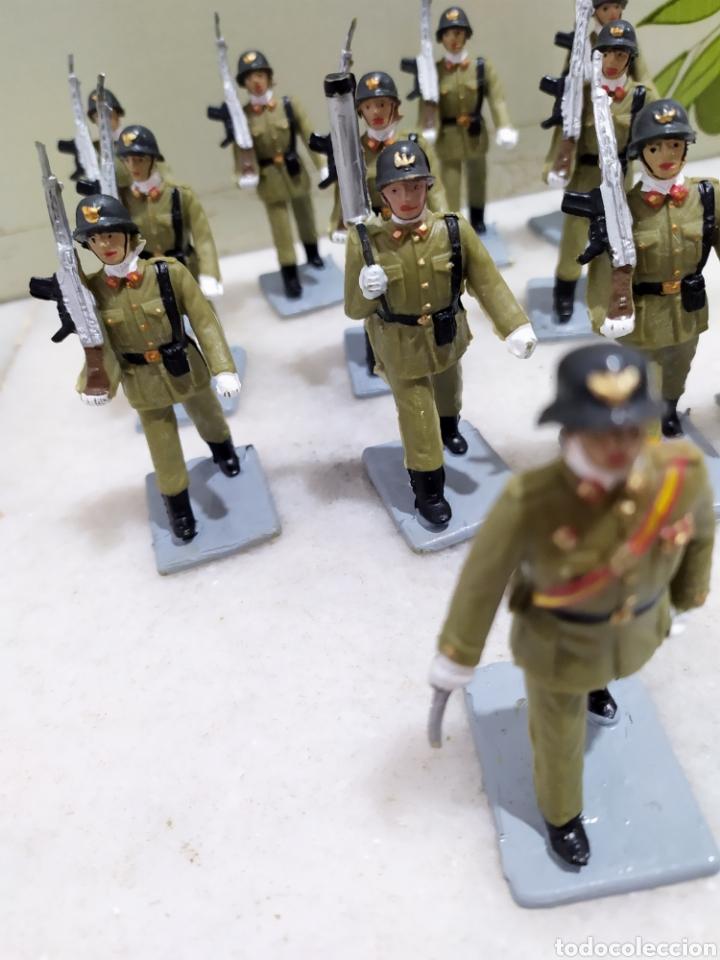 Figuras de Goma y PVC: desfile 12 figuras Infantería de Reamsa, serie soldados españoles. Años 60. - Foto 2 - 195119947