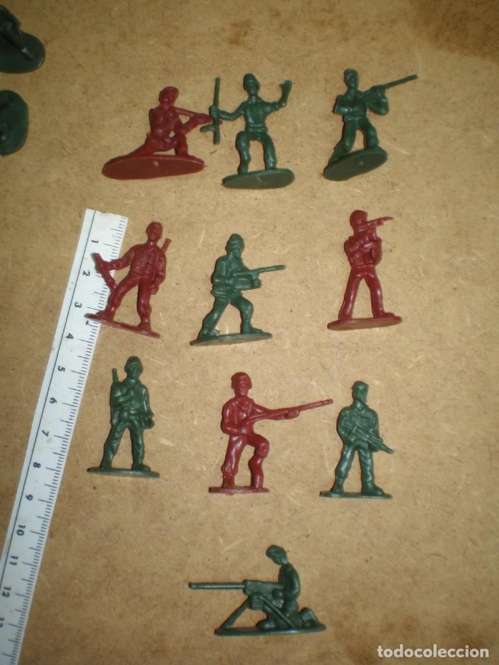 Figuras de Goma y PVC: LOTE 74 SOLDADOS 3,5 CM - DE 10 MODELOS VERDES Y ROJOS, MUCHOS DESFILE GUARDIA PARADA MAS FOTOS, - Foto 2 - 195244202