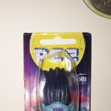 Dispensador Pez: DISPENSADOR CARAMELOS PEZ TROLLS WORLD TOUR BRANCH. Lote 195304071