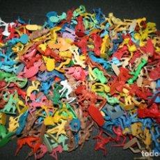 Figuras de Goma y PVC: 800 GRAMOS DE FIGURAS PLÁSTICO INDIOS VAQUEROS AÑOS 80-90. Lote 195345461