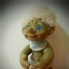 Figuras de Goma y PVC: TROLL ANTIGUO 1977 MIDE 28 CENTIMETROS. PELO RIZADO ROSA VESTIDO DE BEBE.. Lote 195378911