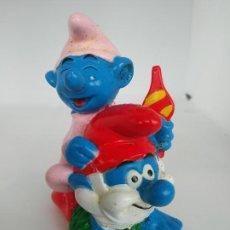 Figuras de Goma y PVC: FIGURA PITUFOS BEBE Y PAPA PITUFO A CABALLITO EN PVC MARCADO PEYO 1996. Lote 195448773