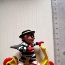 Figuras de Goma y PVC: MC DONALDS HAMBURGLAR EN PATINETE SERIE MC RALLY VINTAGE HAPPY MEAL CAJITA FELIZ AÑO 1988. Lote 195495063