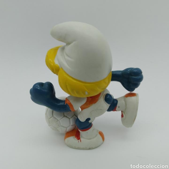 Figuras de Goma y PVC: Pitufina jugando a fútbol, futbolista - PEYO 1983 - Foto 2 - 198342847