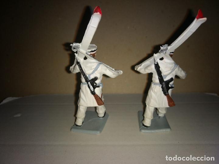 Figuras de Goma y PVC: REAMSA 2 ESQUIADORES EJERCITO ESPAÑOL DESFILE EN GOMA AÑOS 60-70 - Foto 2 - 200082538