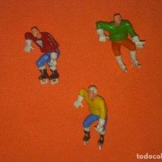 Figuras Kinder: KINDER SORPRESA LOTE DE 3 ANTIGUAS FIGURITAS JUGADORES HOCKEY. Lote 202383097