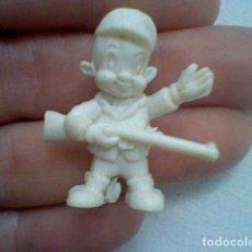Figuras de Goma y PVC: DUNKIN CAZADOR ELMER MONOCROMO PLÁSTICO BLANCO 3,2 CMS ALTO. Lote 204013071