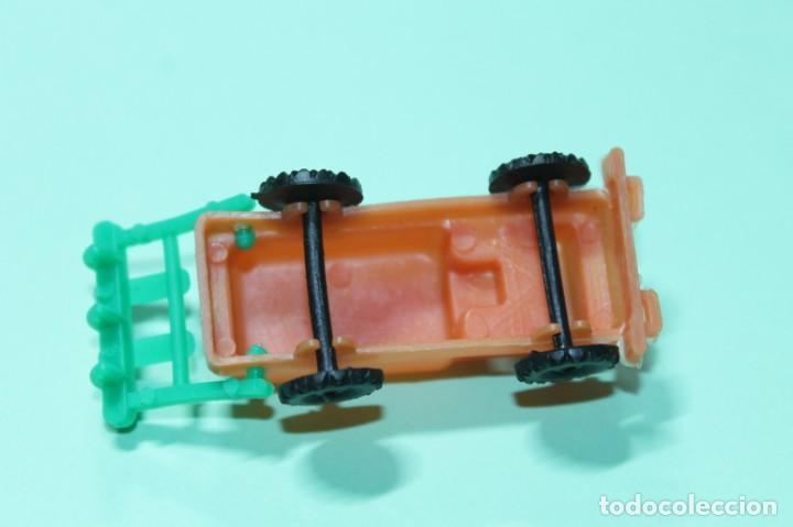 Figuras de Goma y PVC: CAMION CON RASTRILLO. VER FOTOS. AÑOS 60. EXCELENTE. PLASTICO. 6,5 cm de largo. 2,5 cm ancho. - Foto 3 - 204222275