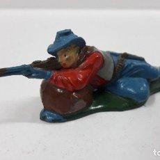 Figuras de Goma y PVC: VAQUERO - COWBOY EN POSICION DE DISPARO TUMBADO . REALIZADO POR TEIXIDO . AÑOS 50 EN GOMA. Lote 204392860