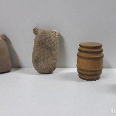 Figuras de Goma y PVC: COMPLEMENTOS PARA DECORADO DEL OESTE . SACOS Y BARRILES . AÑOS 50 / 60. Lote 204393391