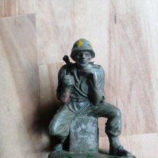 Figuras de Goma y PVC: ANTIGUO SOLDADO MARINE SENTADO PECH HERMANOS. Lote 204399142