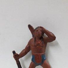 Figuras de Goma y PVC: GUERRERO INDIO OTEANDO EL HORIZONTE PARA CABALLO . FABRICANTE DESCONOCIDO .ORIGINAL AÑOS 50 EN GOMA. Lote 204967996