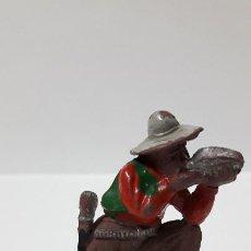 Figuras de Goma y PVC: RARA FIGURA - VAQUERO BEBIENDO EN CANTIMPLORA . REALIZADO POR LAFREDO . ORIGINAL AÑOS 50 EN GOMA. Lote 204968607