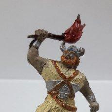 Figuras de Goma y PVC: VIKINGO CON ANTORCHA - SERIE EL CAPITAN TRUENO . REALIZADA POR JIN . ORIGINAL AÑOS 50 EN GOMA. Lote 205085941