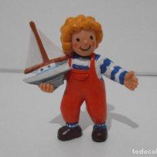 Figuras de Goma y PVC: FIGURA PVC, TEO CON BARCO, VIOLETA DENOU, FIGURA NUEVA DE ALMACEN, COMICS SPAIN. Lote 205101593
