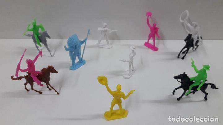 Figuras de Goma y PVC: INDIOS Y VAQUEROS . POSIBLEMENTE MOLDE COMANSI . EN PLASTICO MONOCOLOR . ORIGINAL AÑOS 70 - Foto 2 - 205730587