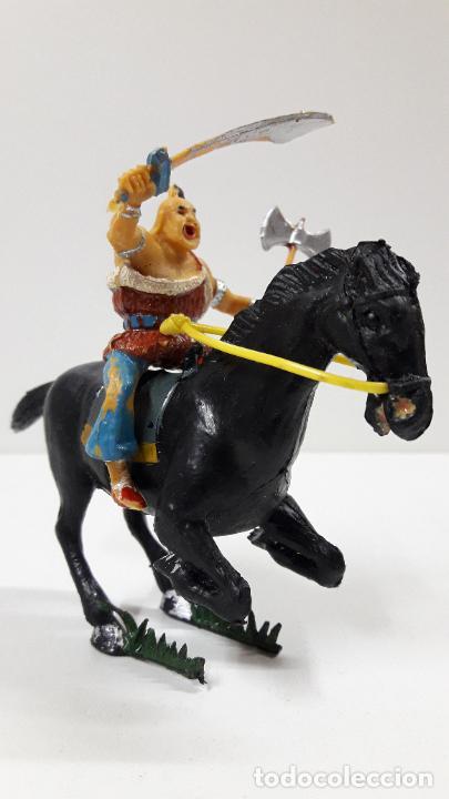 Figuras de Goma y PVC: KARAKAN A CABALLO . REALIZADO POR ESTEREOPLAST . SERIE EL COSACO VERDE . ORIGINAL AÑOS 60 - Foto 2 - 205830041