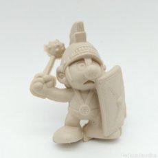 Figuras de Goma y PVC: MUY DIFÍCIL PITUFO ROMANO CON ESCUDO Y MAZA - SMURF ROMMER GNOME - BOOTLEG, RAREZA SIN PINTAR. Lote 206233855