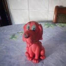 Figuras de Goma y PVC: ANTIGUO PERRO ROJO DE GOMA BLANDITA CON CHILLON. Lote 206484407