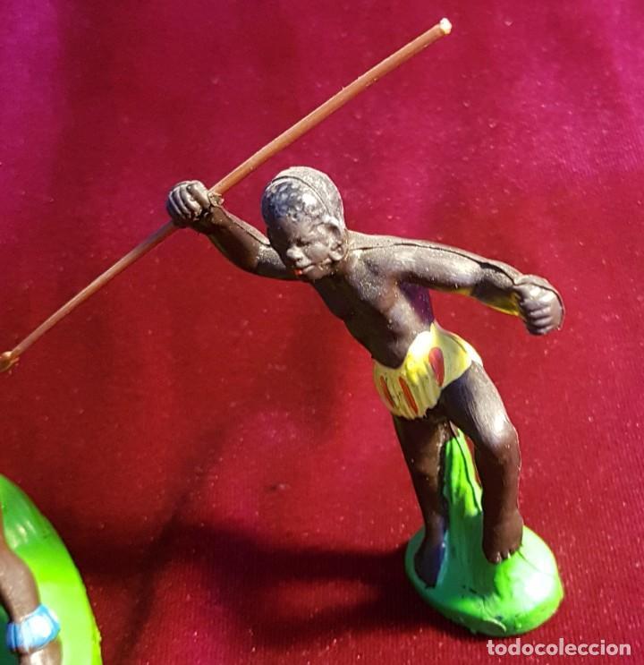 Figuras de Goma y PVC: Cinco figuras de goma, guerreros tribales, pintadas a mano, años 60 - Foto 2 - 206959808