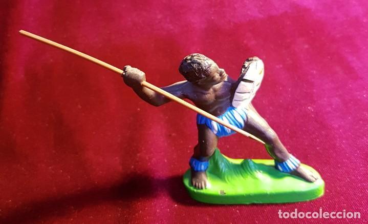 Figuras de Goma y PVC: Cinco figuras de goma, guerreros tribales, pintadas a mano, años 60 - Foto 3 - 206959808