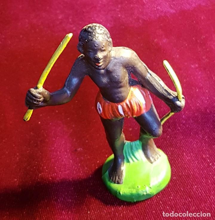 Figuras de Goma y PVC: Cinco figuras de goma, guerreros tribales, pintadas a mano, años 60 - Foto 4 - 206959808