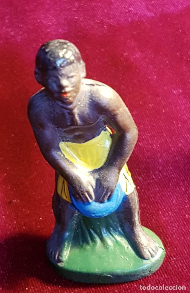 Figuras de Goma y PVC: Cinco figuras de goma, guerreros tribales, pintadas a mano, años 60 - Foto 5 - 206959808
