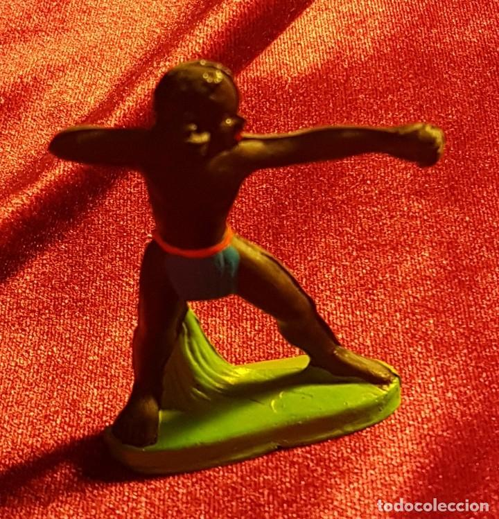 Figuras de Goma y PVC: Cinco figuras de goma, guerreros tribales, pintadas a mano, años 60 - Foto 6 - 206959808