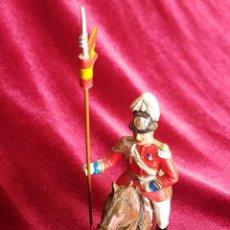 Figuras de Goma y PVC: HÚSAR DEL REY A CABALLO, EN UNIFORME DE GALA, GOMA, PINTADA A MANO, AÑOS 60. Lote 206960507