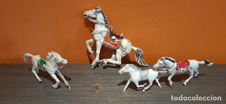 Lote de cuatro caballos antiguos de plástico desconozco marca ( ver fotos) segunda mano
