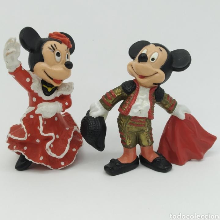 MICKEY MOUSE TORERO CON TRAJE DE LUCES ROJO Y MINNIE MOUSE BAILANDO SEVILLANAS, DISNEY - BULLYLAND (Juguetes - Figuras de Goma y Pvc - Bully)