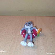 Figuras de Goma y PVC: FIGURA CONEJO BUGS BUNNY EN FLOTADOR COMICS SPAIN WARNER BROS LONEY TOONS PVC. Lote 207180318